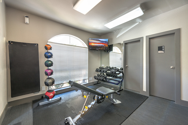 Fitness center at Lincoln Monarch Medical Center Apartments in Houston