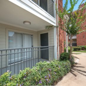 Balcony at Lincoln Monarch Medical Center Apartments in Houston